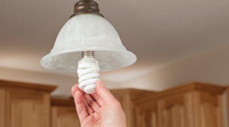 Installing CFL light bulb