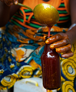 woman pouring palm oil in Sierra Leone